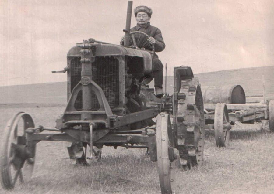 Один из первых механизаторов округа Жамсаранов Гурожаб. До пенсии работал в к-зе Ленина, Аг. р-на..jpg