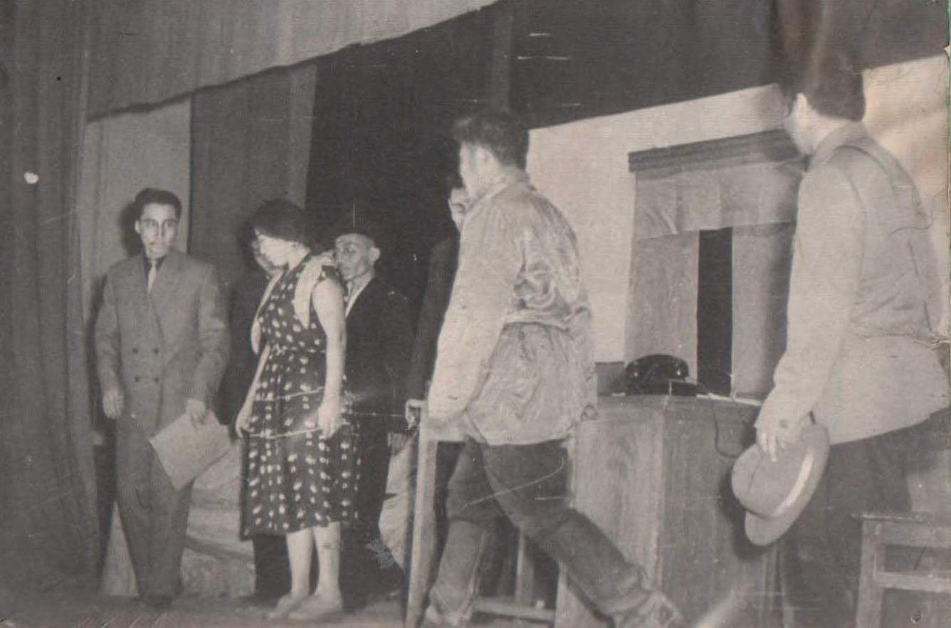 9. Аг. нар. театр образован в 1958 г.Сценка из пьесы Һэшхэл. Ц. Шагжин.jpg