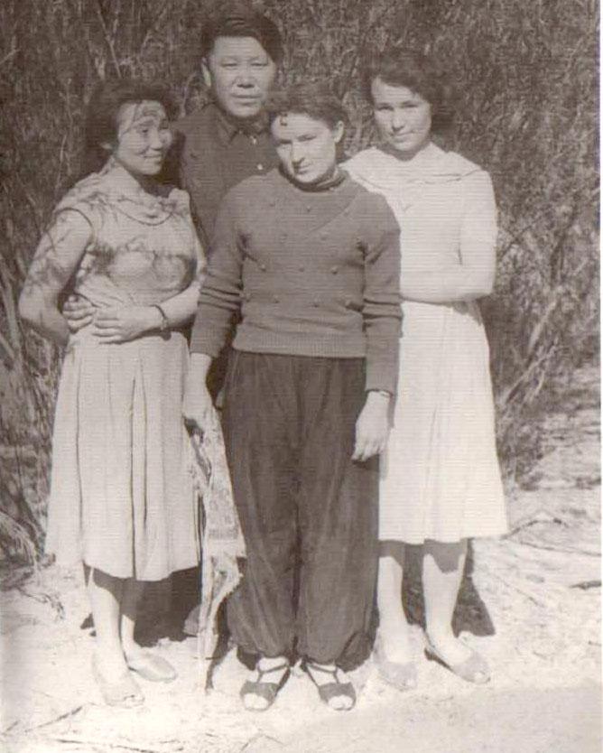 17. Директор Агинского ДК Очир Намдаков с участницами худсама. 1959 год.jpg