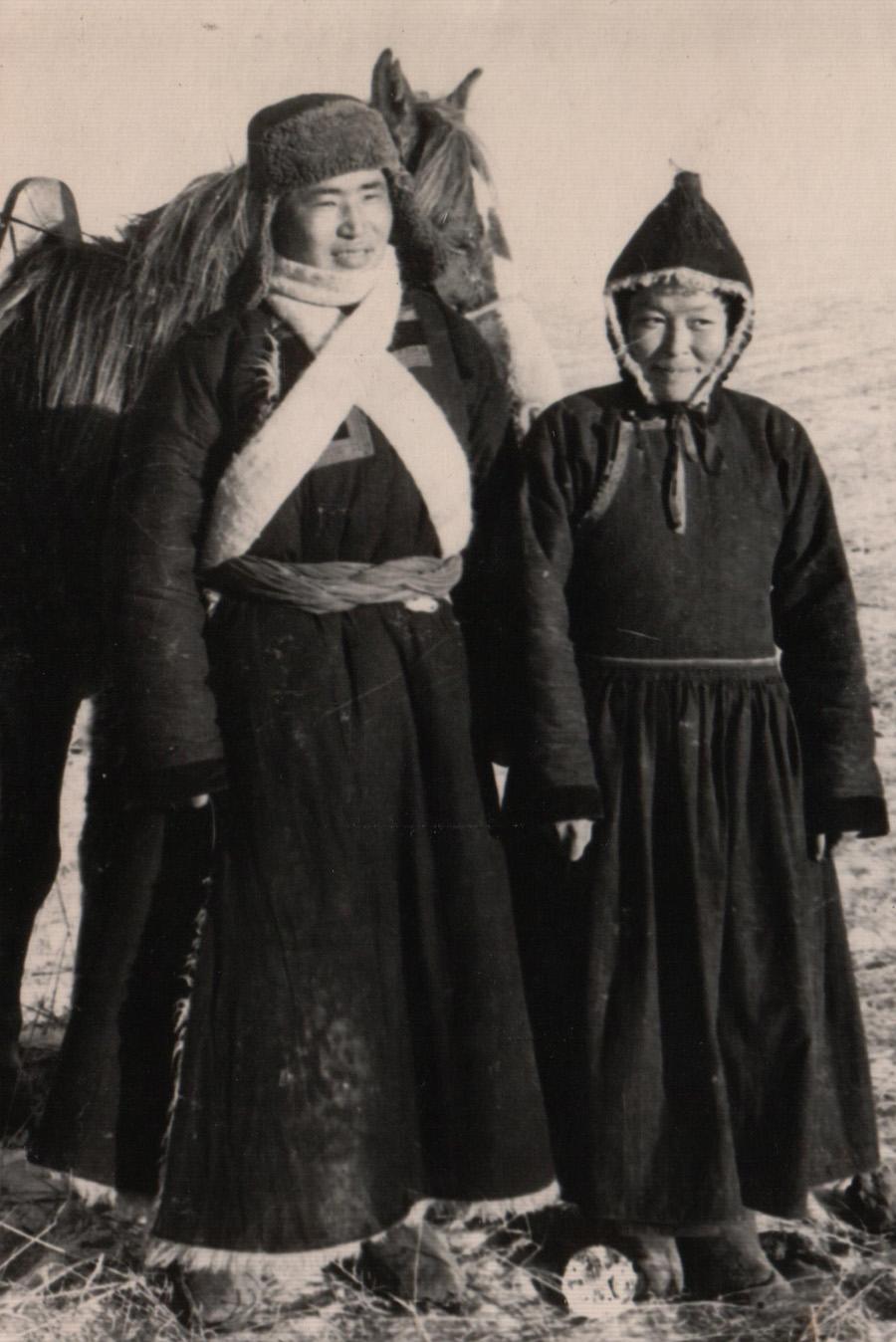 20. Супруги Юундэн-Доржо Бальжиев и его жена. 1955 г. Хунхэр.jpg