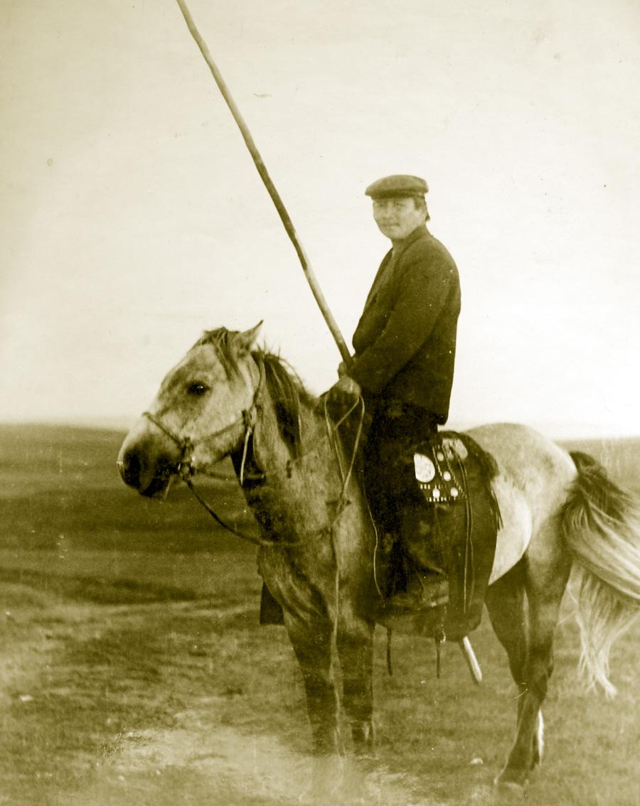 Батомунко Дампилов, много лет пас верблюдов в степи и у берегов Зун Торея. Кулусутай, колхоз Гигант, потом Рассвет.jpg