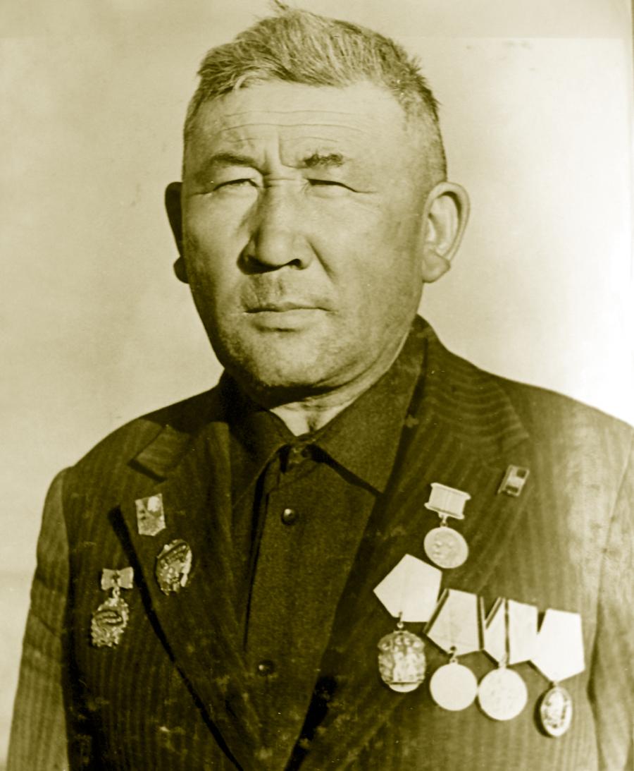 Старший чабан колхоза им. Калинина, орденоносец Тугдум Намдаков.jpg