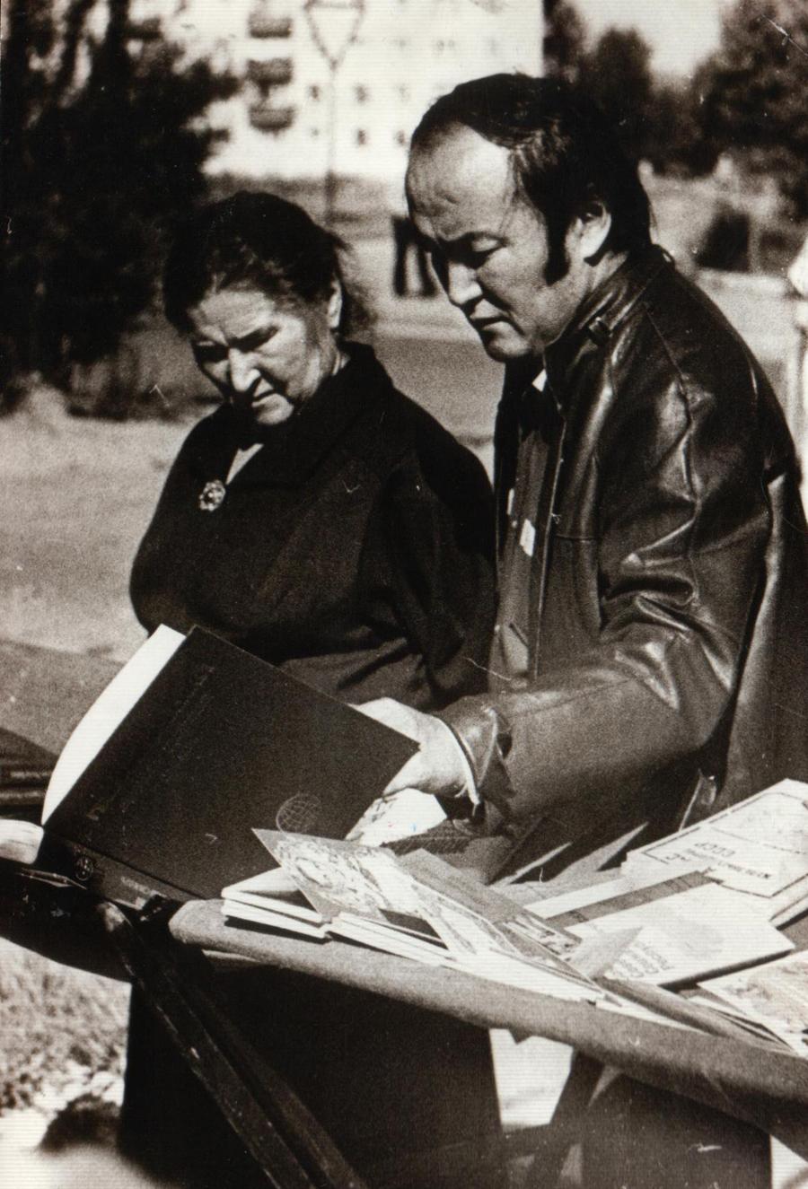 13. Баир Дугаров на книжном базаре. Чита. 1989 г..jpg