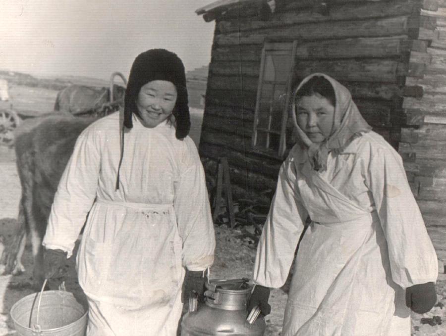 5. Доярки Базаржапова Сэсэгма и Гомбоева Цымжид, Молодежная, Гунэй. 1962 г..jpg