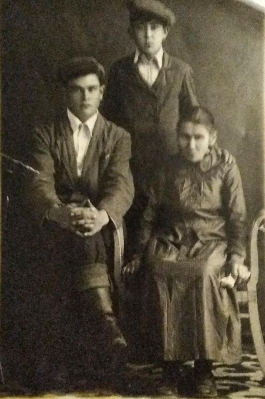 Братья Сенотрусовы с матерью-2.jpg