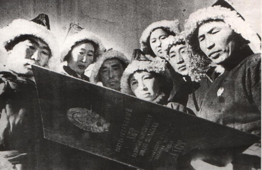 1. Председатель колхоза Бабу Болотов читает Государственный акт о вечном пользовании землёй колхозами. 1930-е годы.jpg