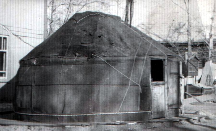 2. В таких юртах жили до середины ХХ века.jpg