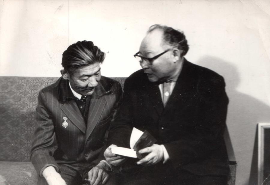 3. Чимит-Рыгзын Намжилов и слева Ч.Лхамсурэн, МНР. 1977 г. Улан-Удэ.jpg