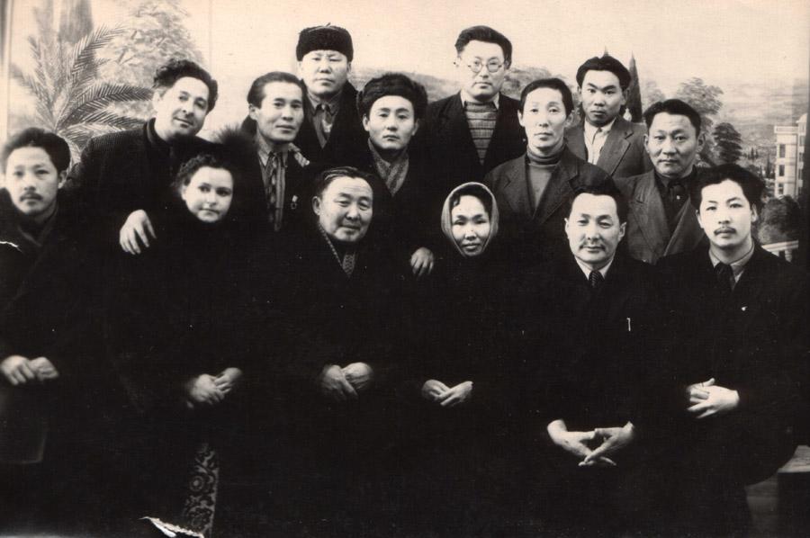 4. В 1 ряду третий слева Жамьян Балданжабон, Лариса Сахьянова, Жигжитжаб Доржиев.jpg