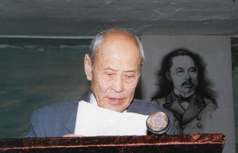 Борис Рабданович Рабдано выступает на конференции. 1999 г..jpg