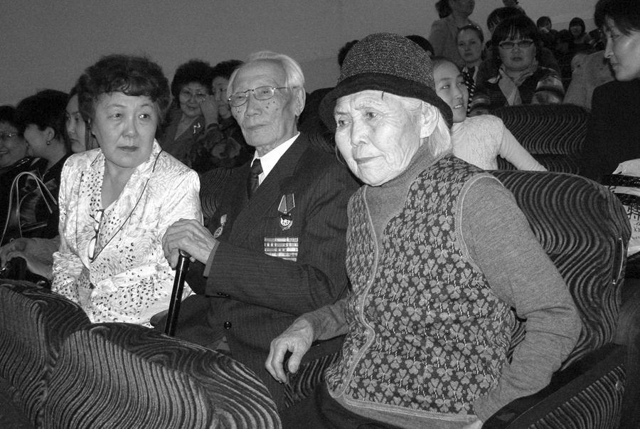 Дашицырен Жамбалович Жамбалов и его семья - супруга Цыбегмит Базаргуруевна Базаргуруева, дочь - Роза Жамбаловна Дашицыренова.jpg