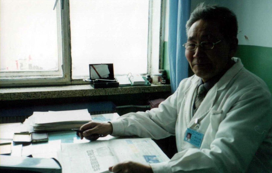 Гомбожапов Доржонима, проф. доктор медицины. Хайлар. 2004 год август.jpg