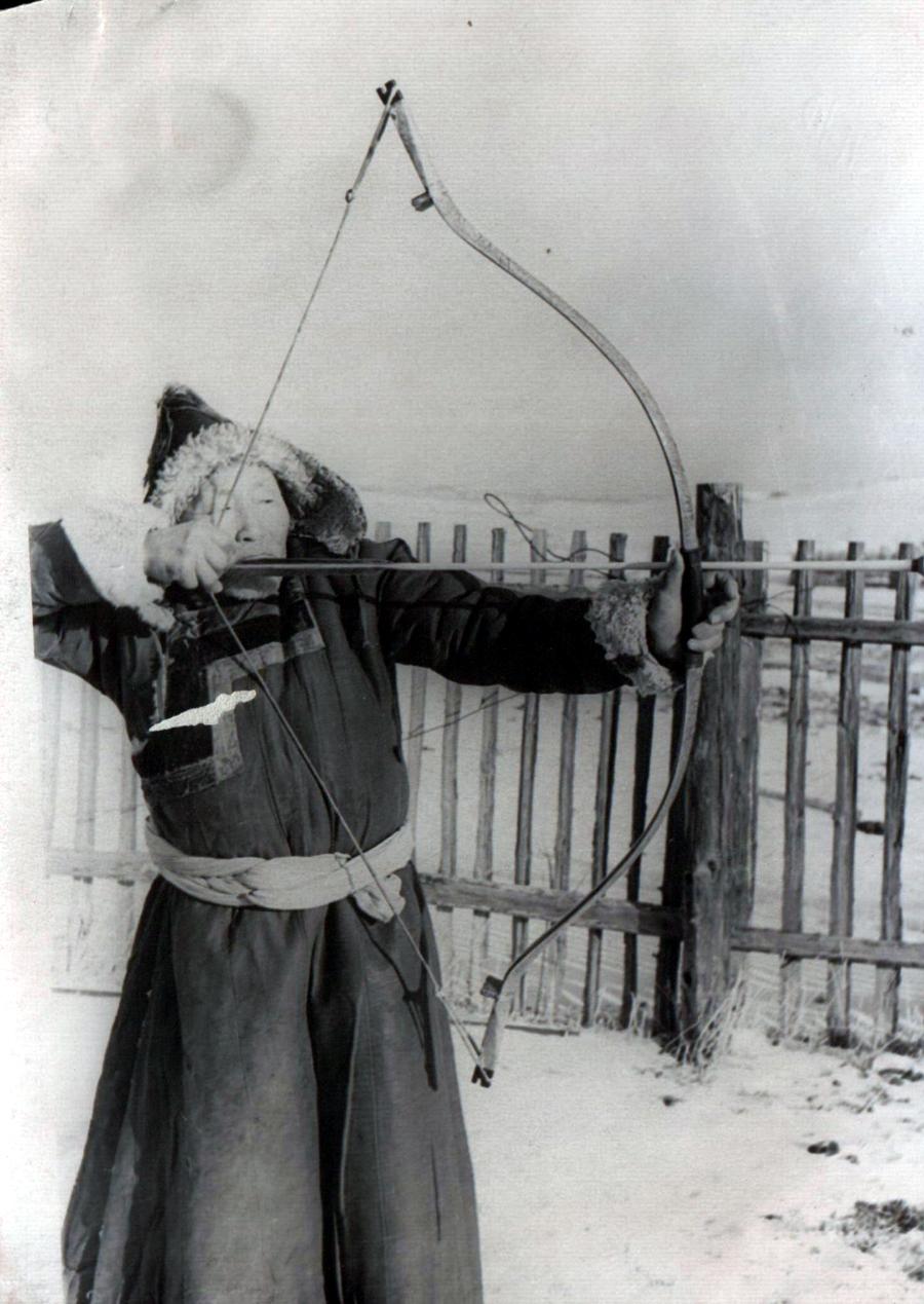 1. Дондог Эрхэтуев, ведущий лучник, пропагандист. Урда-Ага. 1957 г..jpg