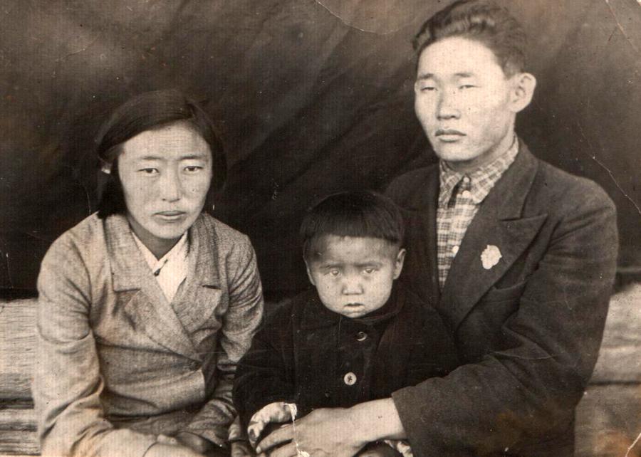 Жугдуров Ракша, багша, 1911-1943 г. с женой.jpg