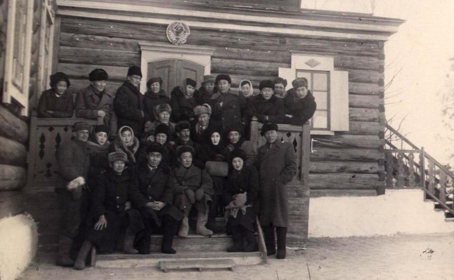 Артисты Бурдрама у Уронайской школы.jpg