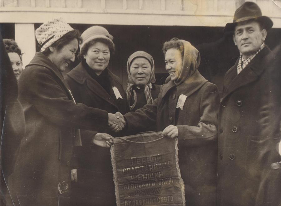 Делегаты Оловянинского райна вручают делегату Аг. окружной конференции женщин.jpg