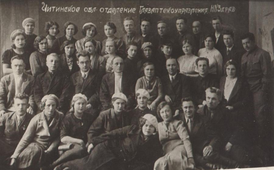 2. 1 обл. совещание управляющих аптеками. 1940 год. 1 ряд справа крайний Токмаков, аптека 18 Агинское.jpg