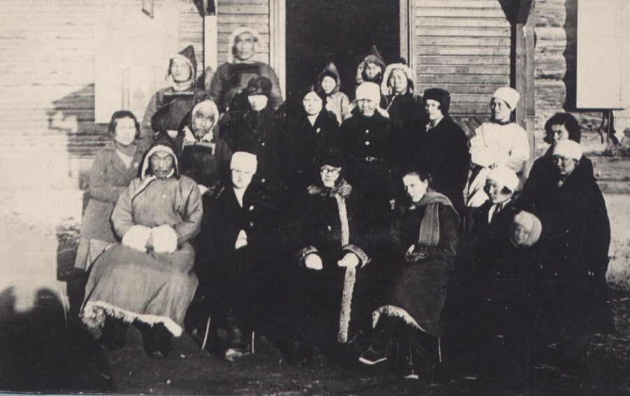 1930 год. Январь. Работники Агинской больницы, среди них Л.Жабэ, З. Болотова.jpg