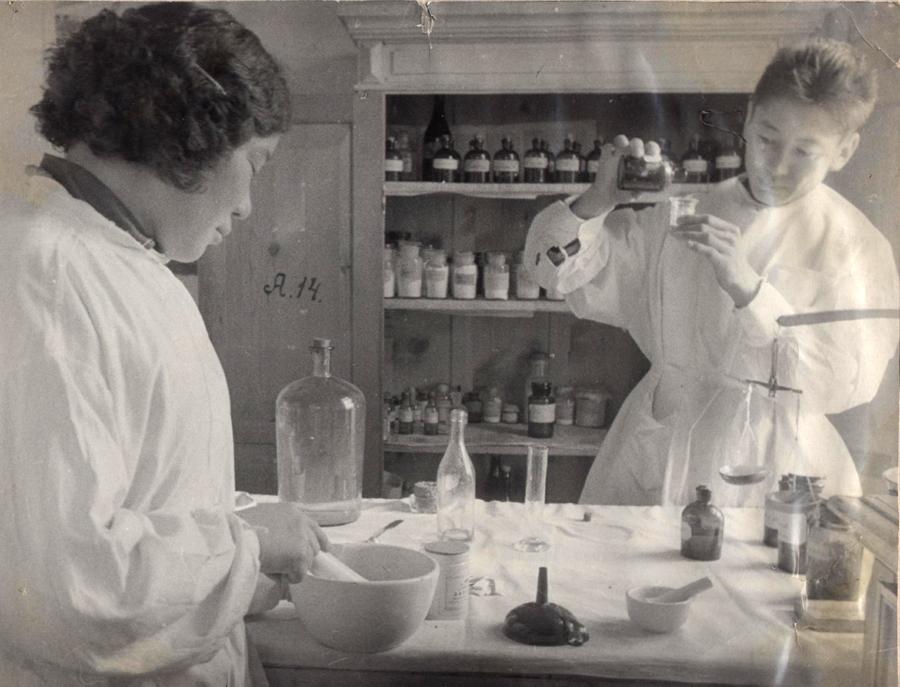 Аптека медпункта. с.Зугалай. Очиров Базаржаб и санитарка Балданова Санжит.jpg