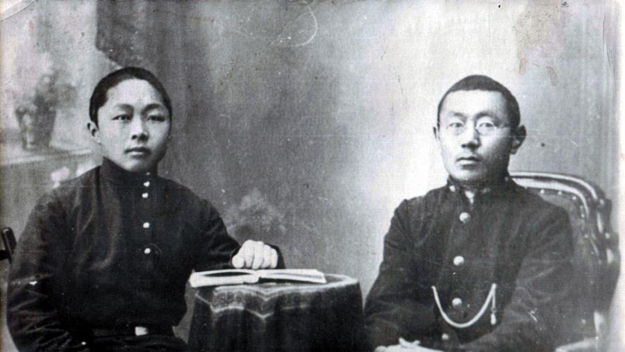 Ванчик Очиров, справа, в очках, первый фельдшер-бурят.-2.jpg