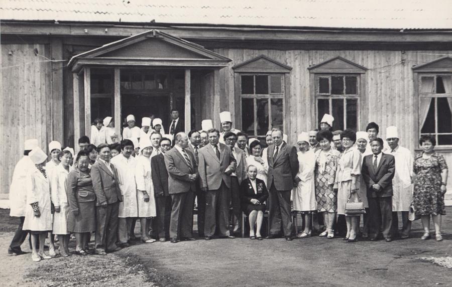 Приезд министра здравоохранения Буренкова. Кажется, 1981 или 1982 год. Стоит слева, возле сидящего на стуле.jpg
