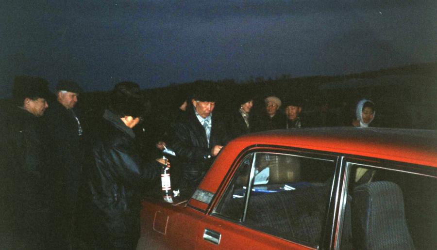 24. Проводы гостей или начальства. 1990-е или даже 1980-е.jpg