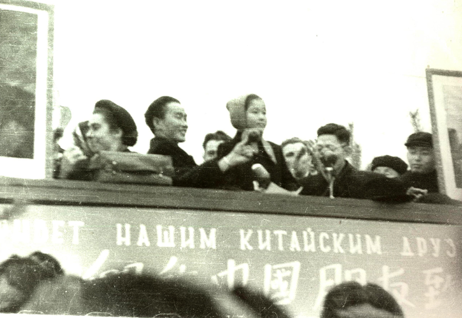 Китайцев встречают в 1958 году.jpg