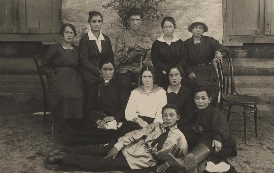 2. 1922-23 годы. Учащиеся Агинской школы. На обороте имена.jpg