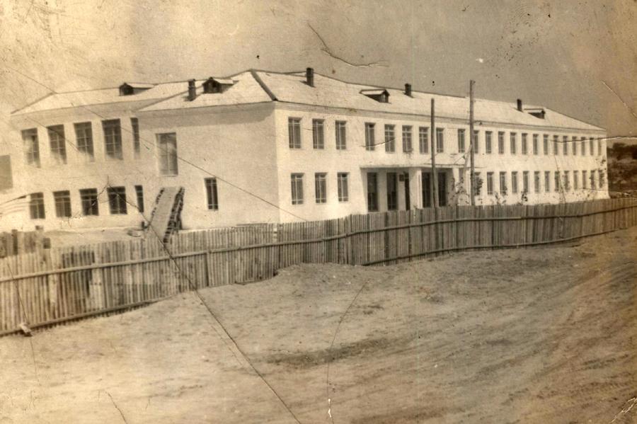 Школа в селе Кункур, построена в 1964 году. Фото 1970-х годов.jpg