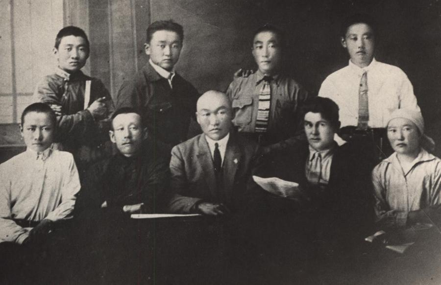 Ученики 9 класса Агинской школы с учителями. В центре Л. Линховоин.jpg