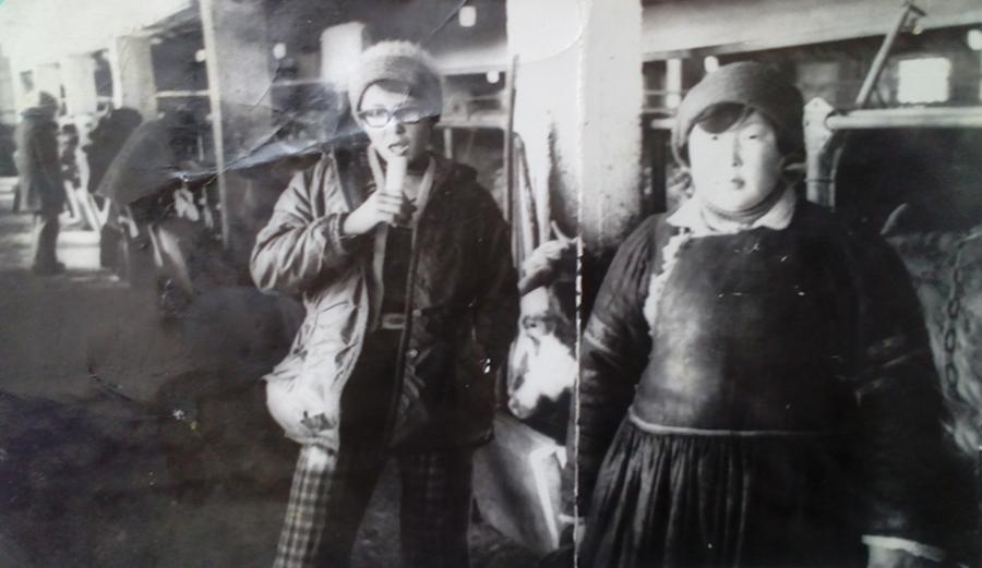 К-76 Гыдыпова Вера и Базарова Баярма выпускницы 1981 г. на ферме.jpg