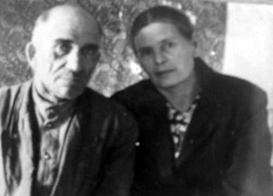 3. Леонтьев Илья Фёдорович с женой Ольгой Ефимовной (Губова).jpg