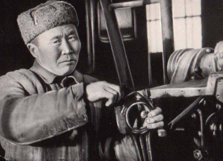 Дугаров Доржи, тракторист к-за Эрдэм.jpg
