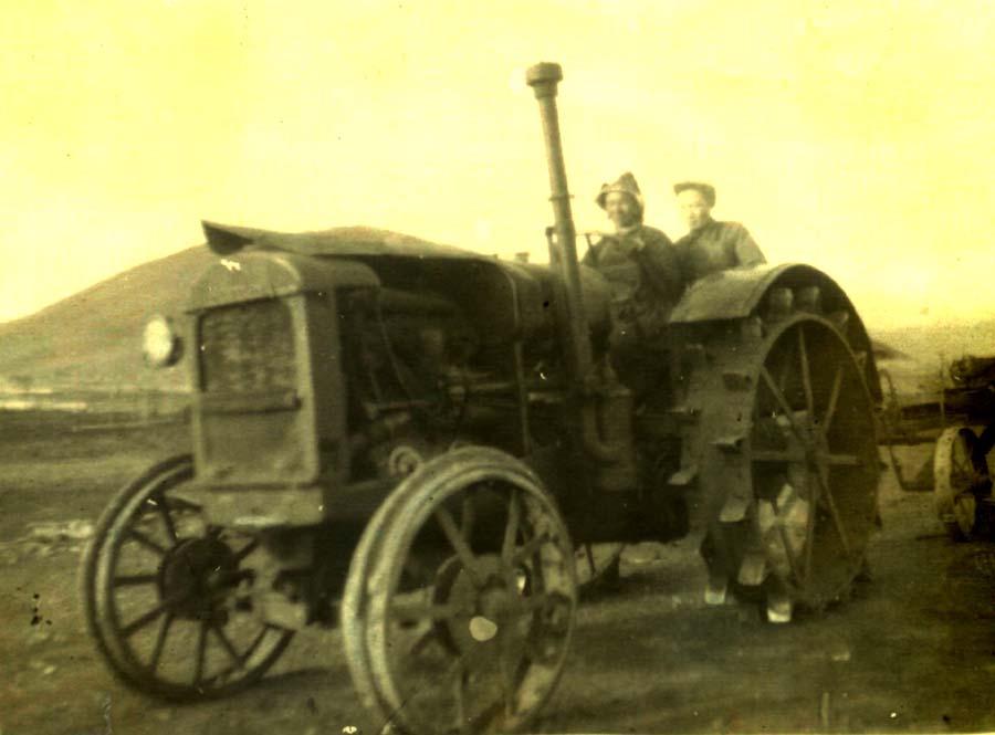 Первый трактор к-за Алханай.jpg