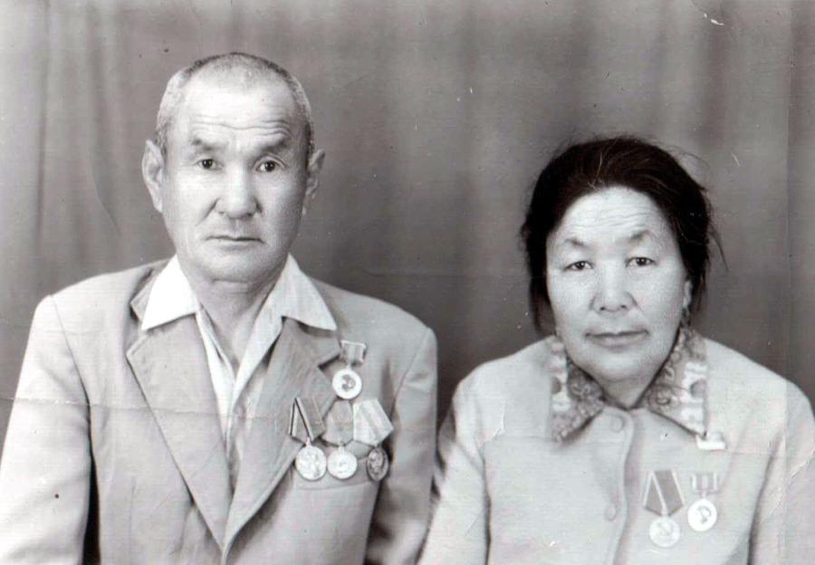 Абидуев Цырен-Доржо 1917 г.р. и Гындынова Жалма 1925 г.р. Догой.jpg