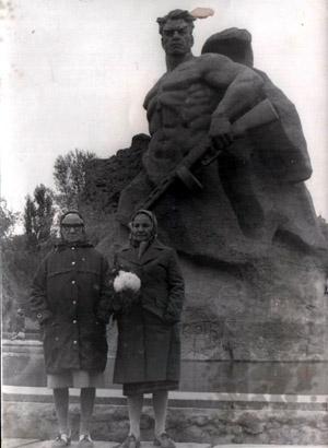 Ларионова Екатерина Ивановна с сестрой. Мамаев Курган, Волгоград.jpg