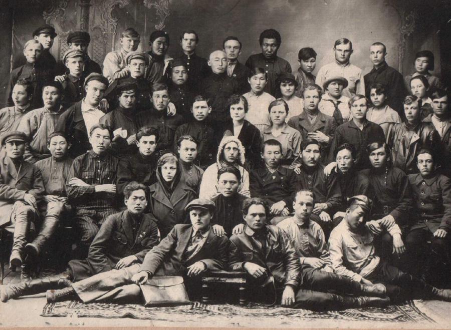 22. Бурятская и русская молодёжь. 1930-е годы.jpg