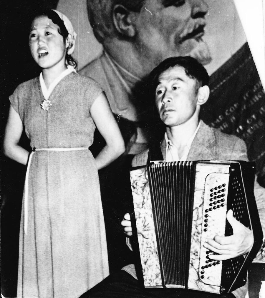 Участники  самодеятельности колхоза Коммунизм Могойтуйсого района1959 г. Чимитов Владимир.jpg