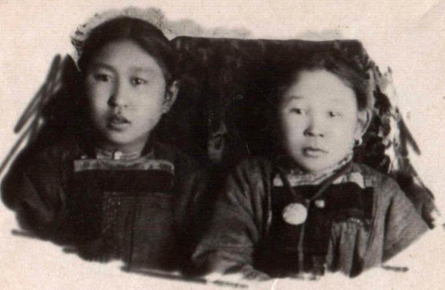 4. Справа Будаева Цыбжит, 1890 г.р. Абидуева Дулма . 1898 год. Улан-Удэ..jpg