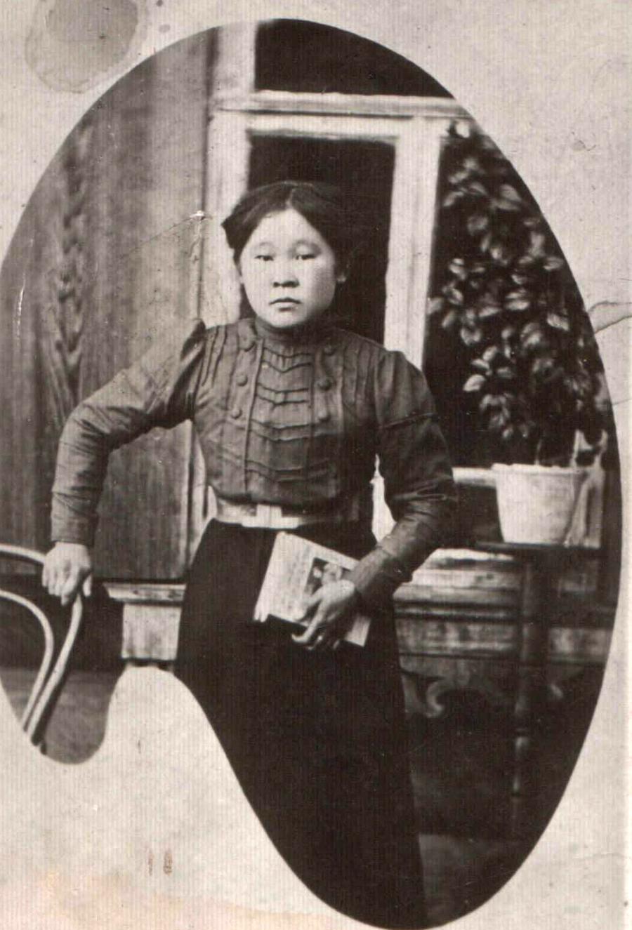 5. 1906 год. Гимназистка Будаева Цыбжит..jpg