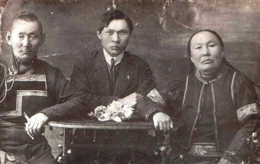 14. Знаменитый златокузнец Очиржаб из Урда-Аги с сыном и женой Дулма абгай.jpg
