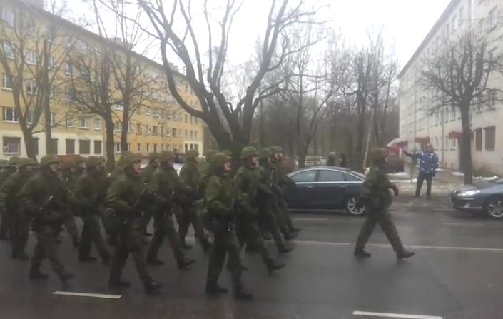На параде в Нарве  парень троллит натовских военных      YouTube