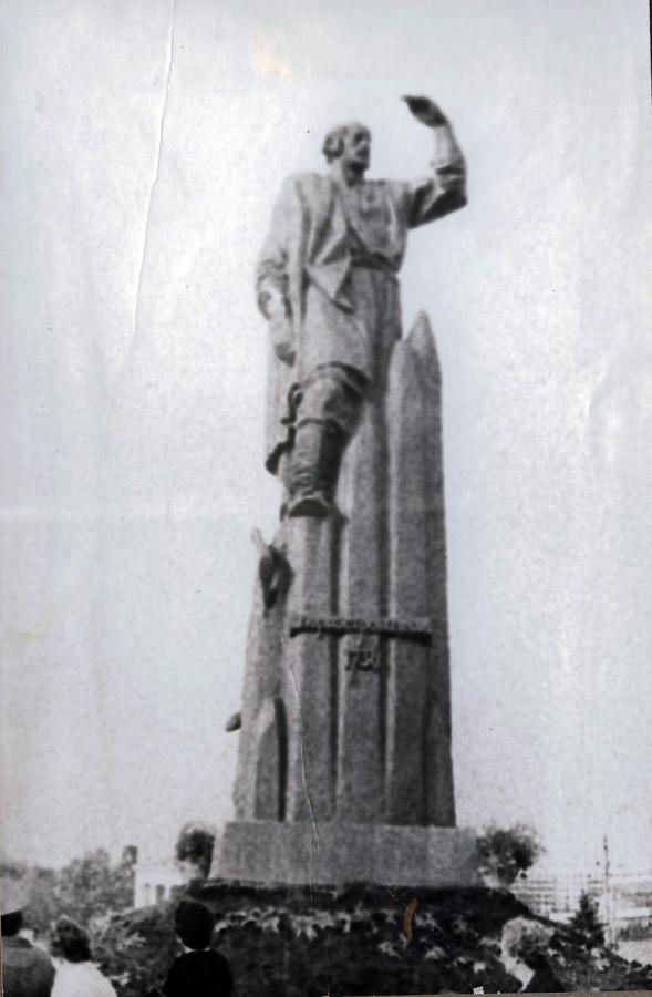 Памятник Первопроходцу