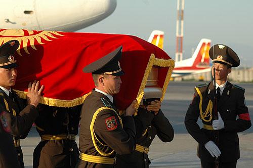 Гроб с телом Чингиза Айтматова
