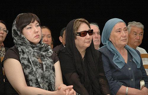 Прощание с Чингизом Айтматовым. Дочь Ширин, супруга Мария Урматовна, сестра Роза Торекуловна