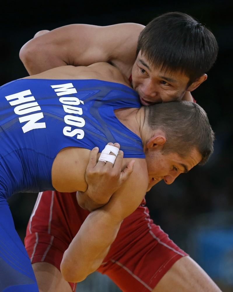 Борец из Кыргызстана Арсен Эралиев и борец из Венгрии Петер Модос во время утешительной схватки для продолжения борьбы за бронзу