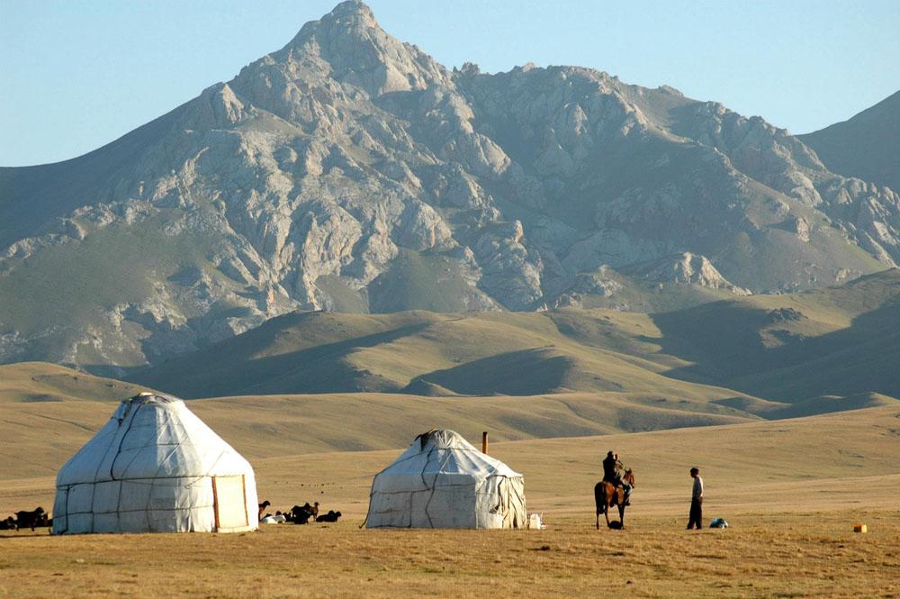 Son-Kul lake, Kyrgyzstan. Утро на озере Сон-Куль, юрточный городок