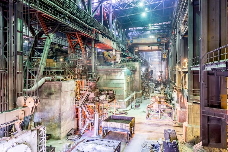 Распределительный пролет электросталеплавильного цеха Оскольского электрометаллургического комбината, вид на сторонуразливочных машин