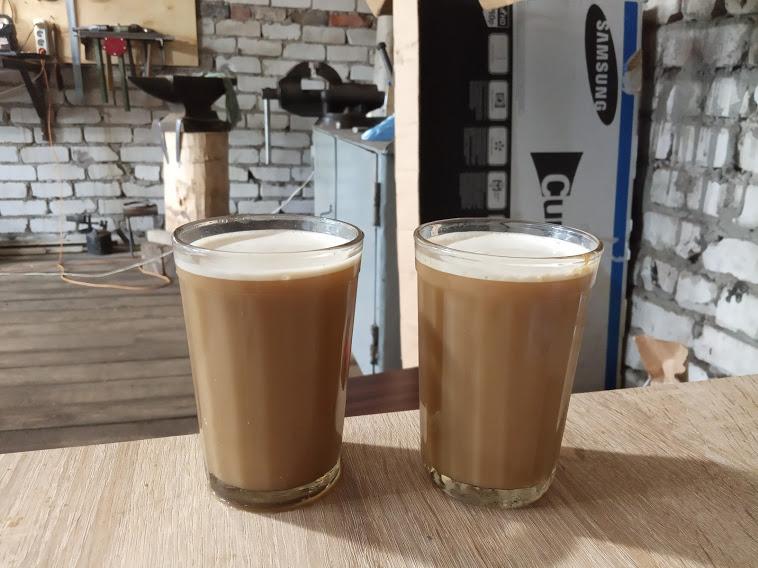 Приобщалась к гаражу мужа, местами прониклась)) В гранёных стаканах - растворимый кофе.