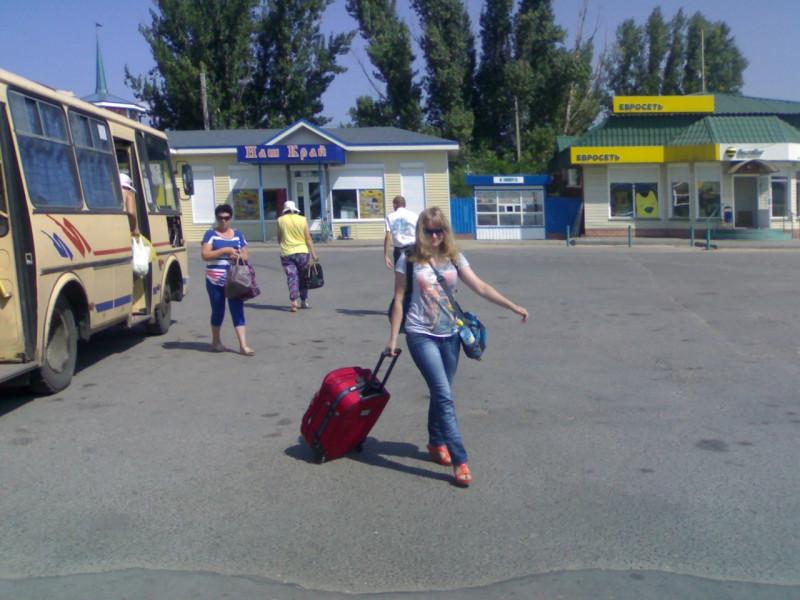 Приехала в Урюпинск. Тут атмосферно: автобусы, площадь — всё в настоящих традициях Российской глубинки. Спасибо папе за фото